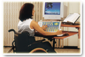 אישה על כסא גלגלים עובדת על מחשב