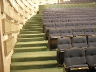 מדרגות באולם