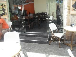 כניסה לבית הקפה